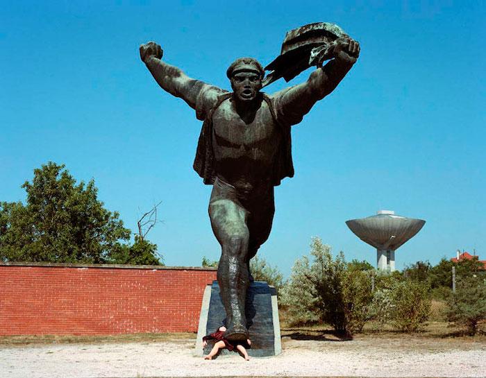 Liane Lang фотографируется на фоне статуй.