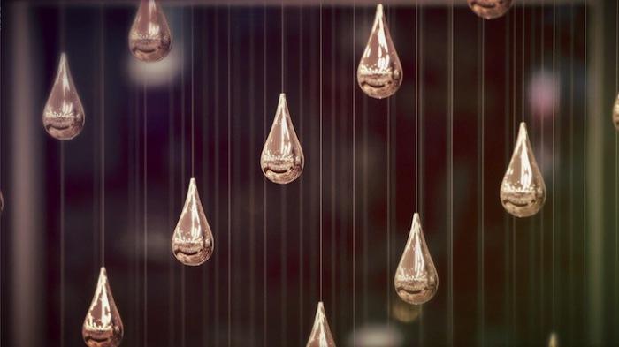 Инсталляция в виде дождевых капель.