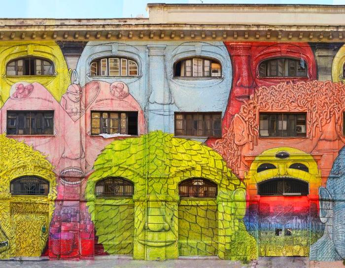 Красочный стрит-арт на городском фасаде.