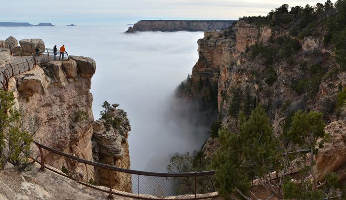 Гранд-Каньон, заполненный туманом.