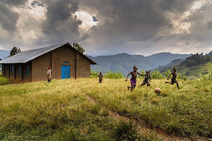 Уганда, John Van Den Hendee.