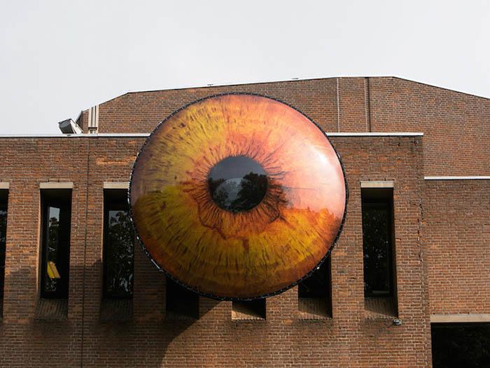 Необычные инсталляции в виде огромных глаз.