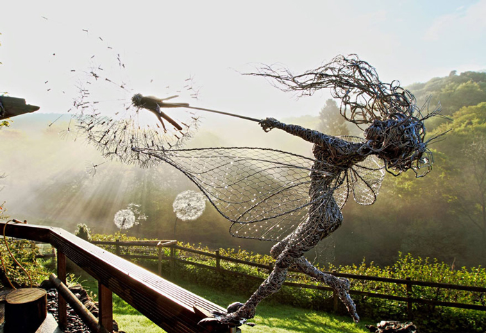 Скульптуры в виде сказочных фей.