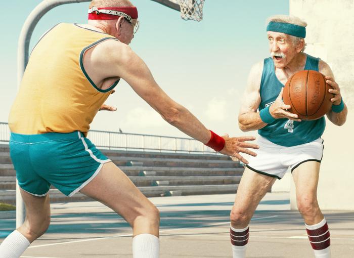 Пожилые люди играют в баскетбол на снимках Dean Bradshaw.