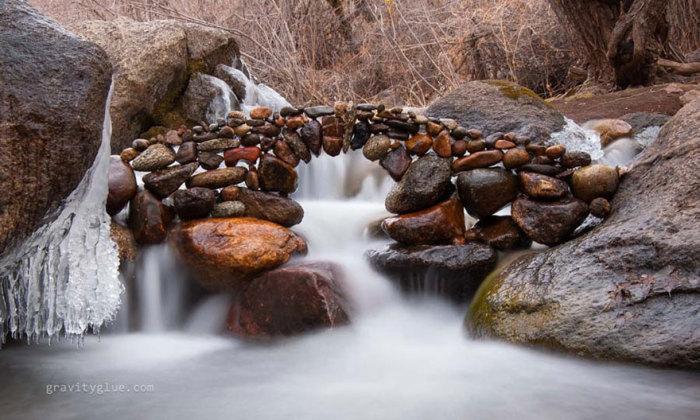 Инсталляции из обычных камней.