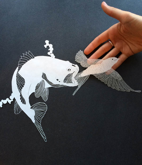 Художница вырезает из бумаги удивительные композиции.