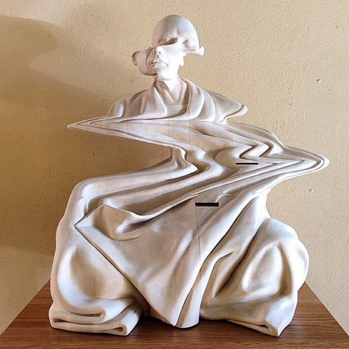 Деревянные скульптуры, изображающие медитацию.