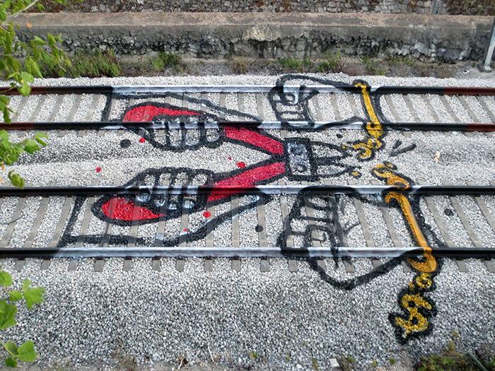 Граффити на железнодорожных рельсах.
