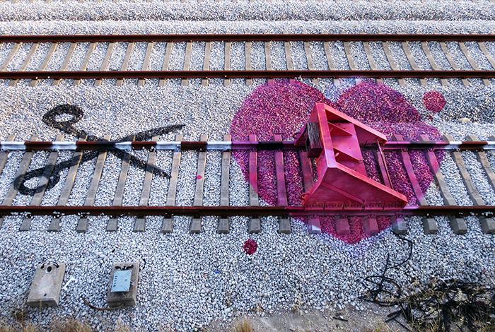 Стрит-арт на железнодорожных рельсах.