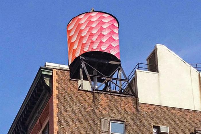 Резервуары на крышах домов, расписанные современными художниками.