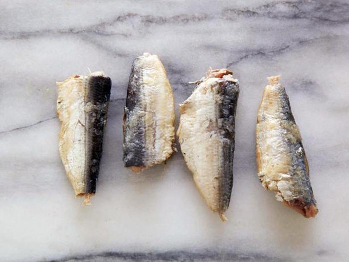 4 сардины из консервной банки (с маслом) содержат 100 калорий.