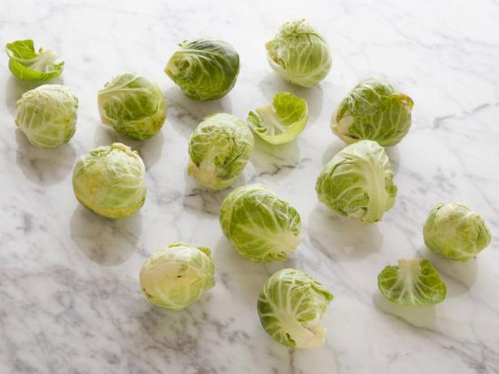 12 сырых головок брюссельской капусты содержат 100 калорий.