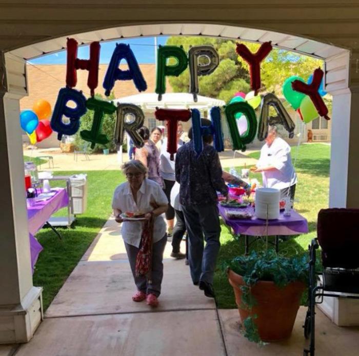 На праздник пригласили гостей Лилиан и всю семью.