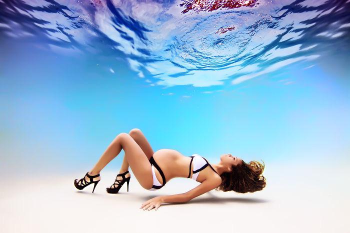Красота беременности на подводных фотографиях Адама Оприса.