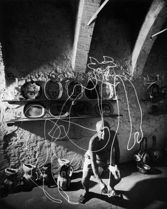 Самый известный световой рисунок Пикассо *Центавр*. Автор фото: Gjon Mili.