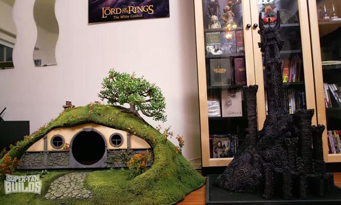 Лоток для кошек внутри норы хоббита и когтеточка в виде Башни Саурона.