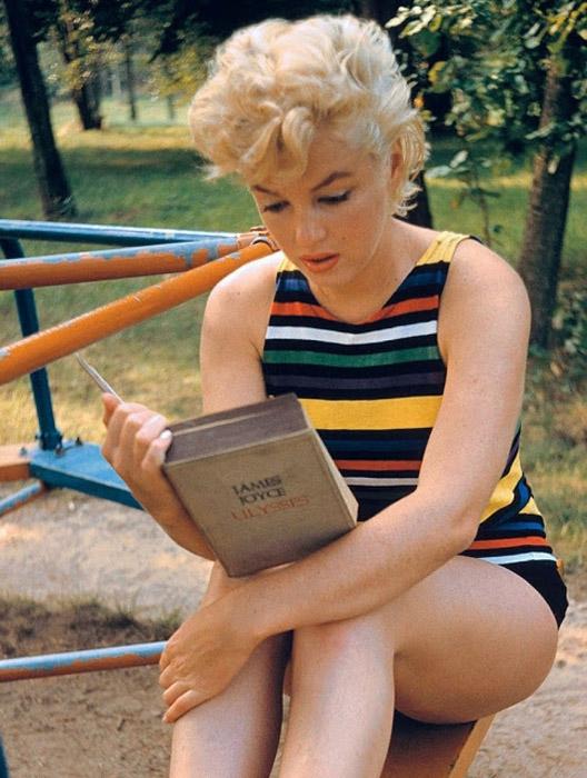 Мэрилин читает роман *Улисс* Джеймса Джойса.  Автор фото: Eve Arnold.