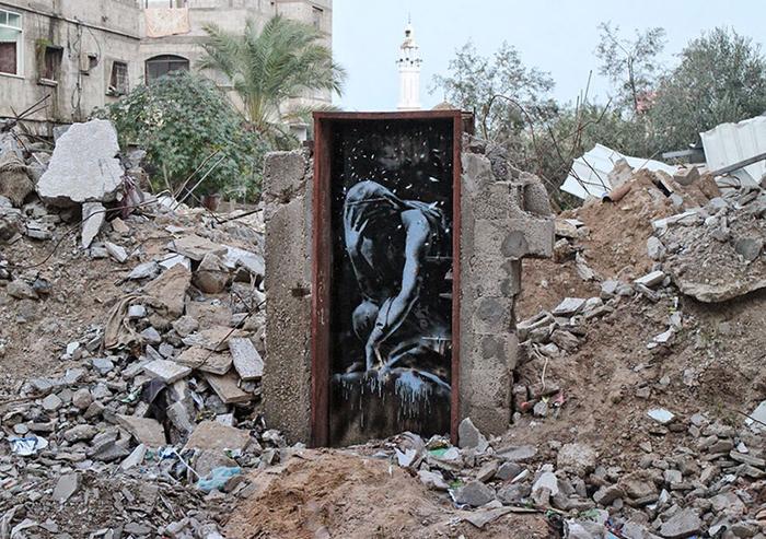 Граффити посреди разрушенного города.