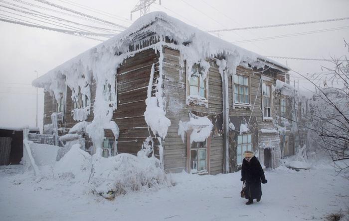 Замерзают не только живые существа, но и дома.