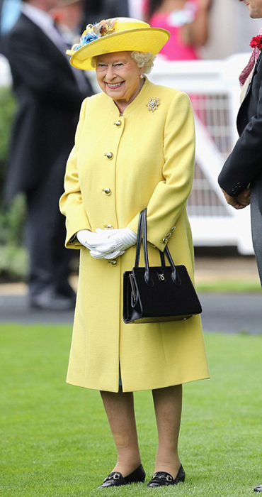 Королева любит черные сумки, но в последнее время позволяет себе экспериментировать и с другими цветами.