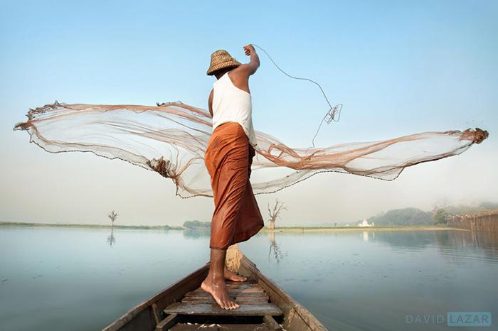 Рыбак бросает сеть.