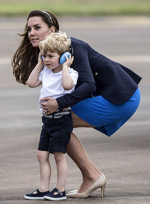 Маленький принц Джордж на аэродроме.