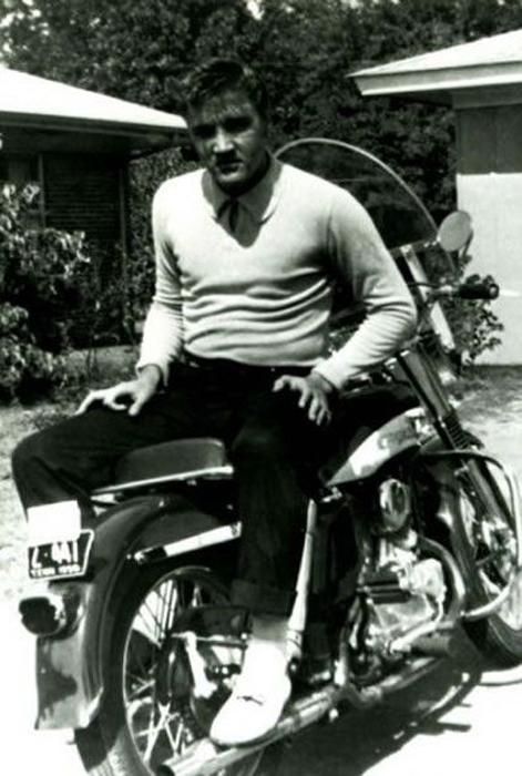 Эвис Пресли во дворе дома.