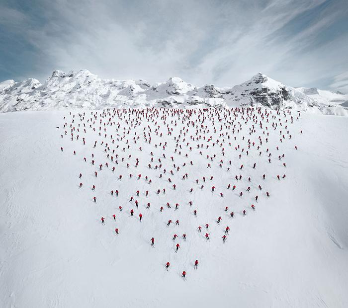 В фотосессии участвовало несколько сотен альпинистов.
