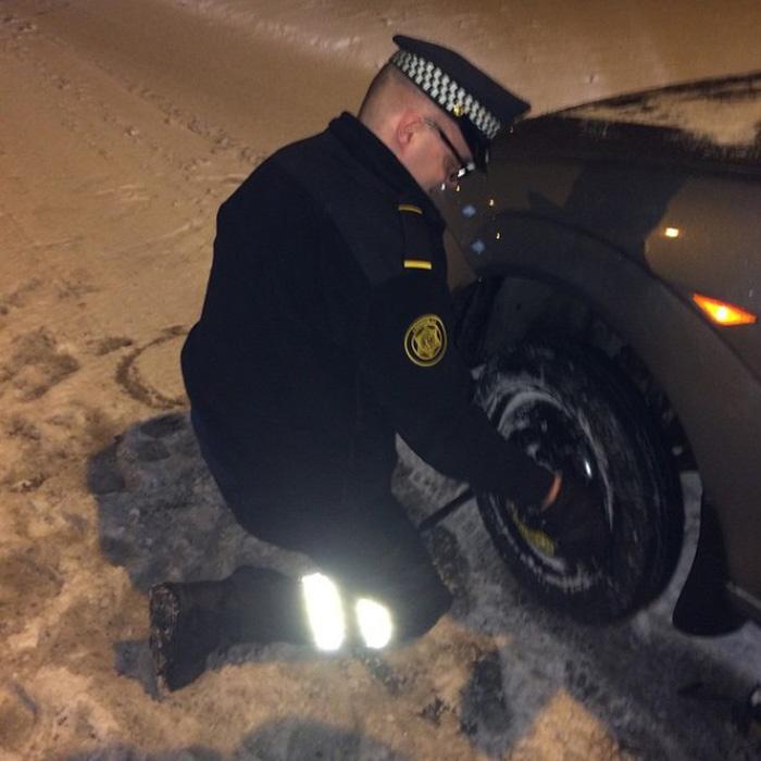Если водитель не может поменять колесо, то полицейский поможет в этом нелегком деле!