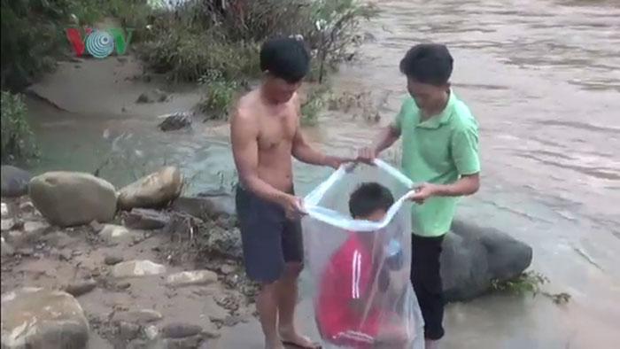 Другой вариант переправы - в пластиковом мешке.