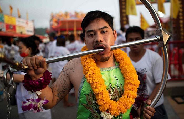 Все участвующие в фестивале вегетарианцев облачаются в белые одежды, а группа «масонгам» надевает на себя специальные цветные фартуки.