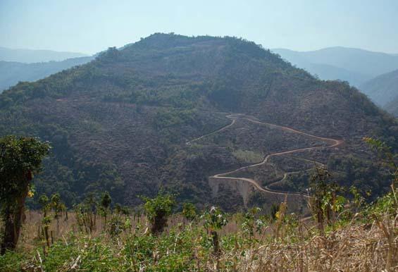 Холмистая местность Мьянмы, где живет племя. Фото: Eric Lafforgue.