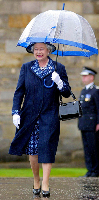 Королева предпочитает зонты фирмы Fulton.