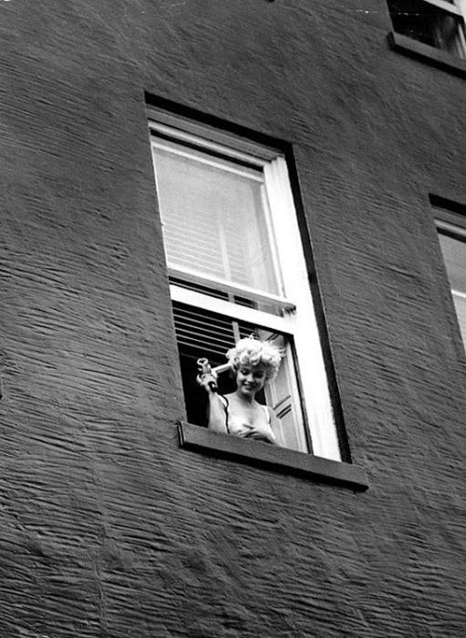 Мэрилин выглядывает из окна. Автор фото: Eve Arnold.