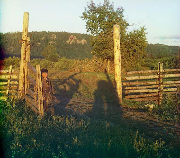 Мальчик у ворот.