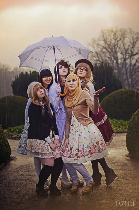 Девушки собираются вместе, чтоб похвастаться своим нарядами.