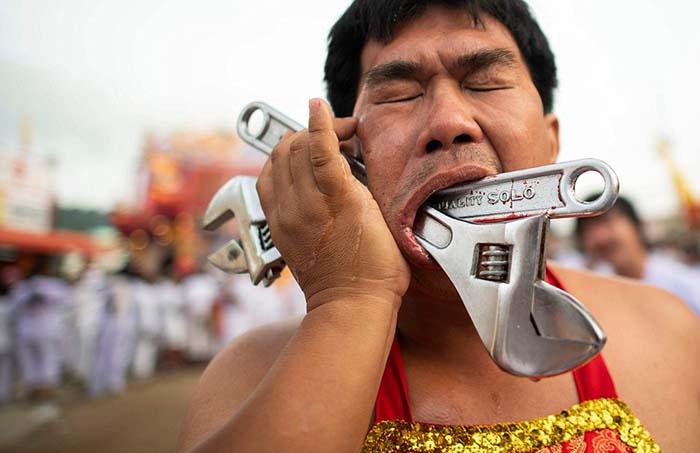 Шрамами от полученных ранений во время фестиваля местные жители очень гордятся.