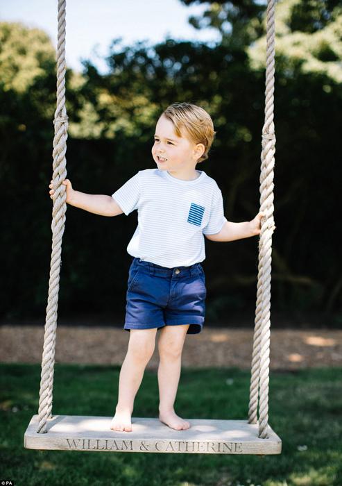 Маленький принц стоит босыми ногами на качелях, которые подарили его родителям на свадьбу.
