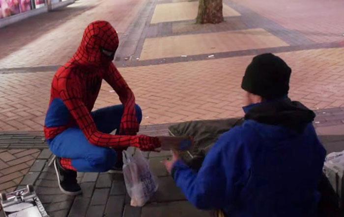 Спайдермен покупает в супермаркете сандвичи и делится ими с бездомными.
