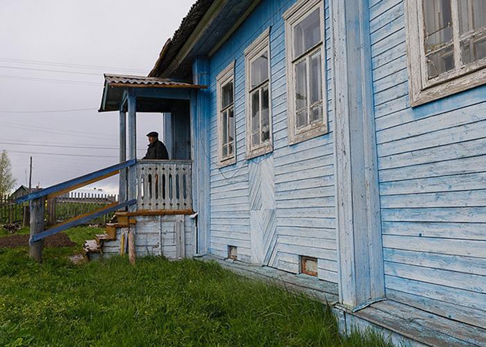 Евгений Васильевич живет в доме, построенном его отцом.