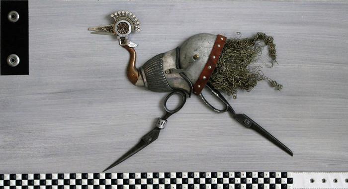 Ножницы и металлическая мочалка.