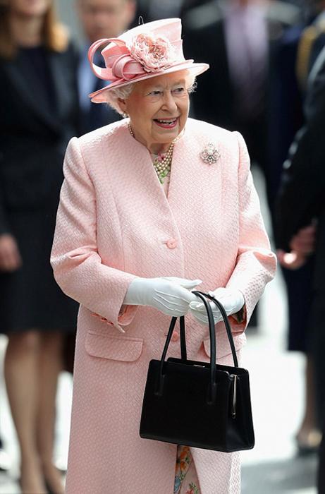 Королева всегда появляется на людях с сумочкой в руках.