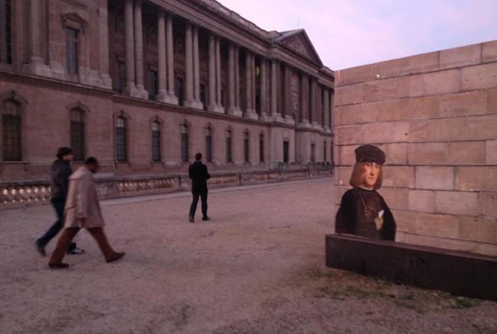 Париж. Портрет из Лувра *переехал* за стены музея.