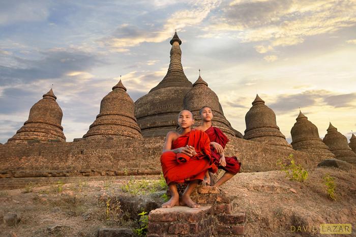 Монахи в древнем городе Мьяу-У.