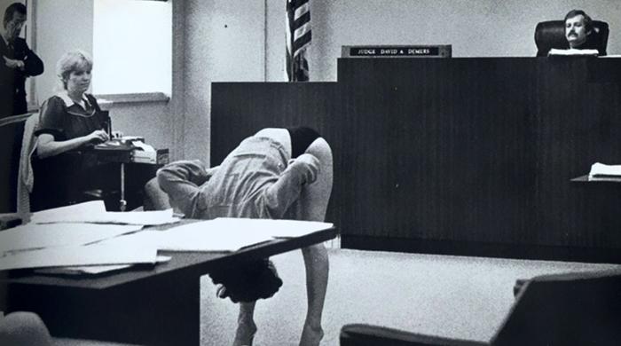 Девушка защищает себя в суде после того, как ее арестовали полицейские под прикрытием.