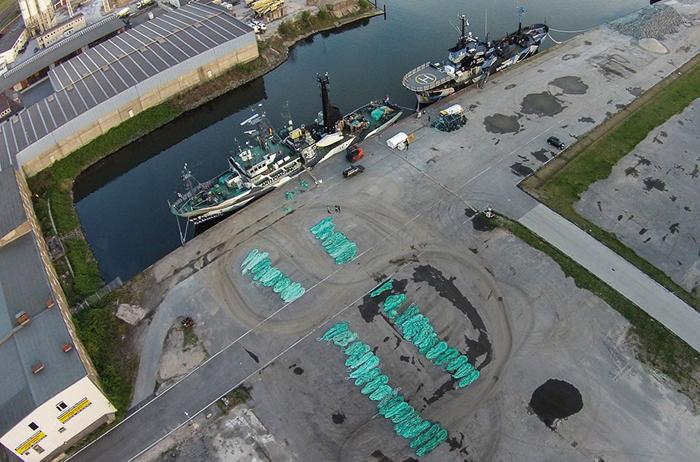 Выброшенные рыболовные сети, загрязняющие океан.