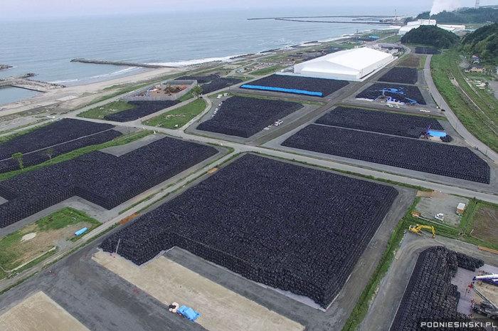 Это аэрофото, сделанное с дрона, показывает место хранения тысяч мешков, в которых находится загрязненная почва.