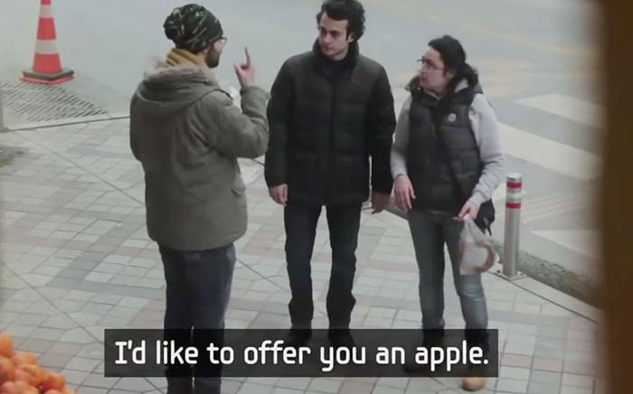 Возьмите, пожалуйста, яблоко.