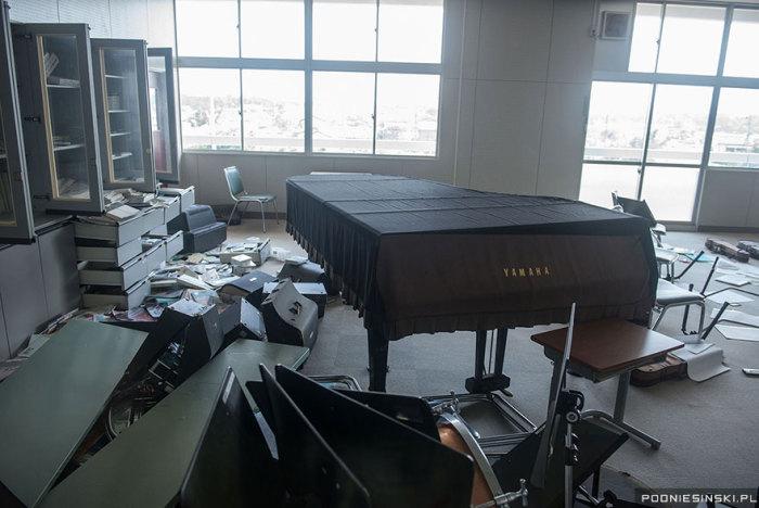 Музыкальные инструменты, в том числе и рояль, оставлены в классной комнате.