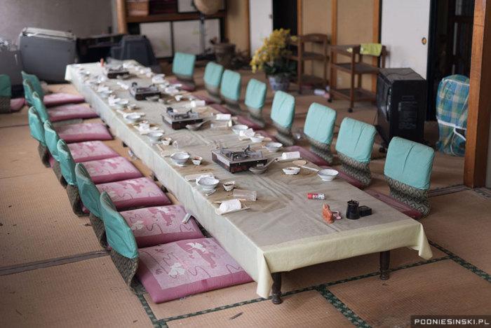 Обеденный стол готов к подаче еды.